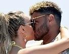 Perrie Edwards tình tứ hôn bạn trai trên du thuyền