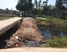 Dân góp tiền đổ đất chặn dòng kênh hôi thối