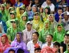 Cổ động viên đội mưa cổ vũ U23 Việt Nam trong trận thắng U23 Myanmar