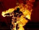 Nghi ánvợ đổ xăng đốt chồng vì tội mê cờ bạc