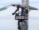 """Video: Thợ điện """"hít xà đơn"""" trên cột điện cao thế ở độ cao 40 mét"""