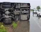 Xe khách bị lật trong mưa, hành khách hoảng loạn