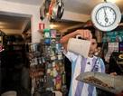 Tiền mặt vô dụng, dân Venezuela lấy hàng đổi hàng như thời nguyên thủy