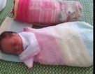 Người phụ nữ đặt cháu bé sơ sinh trên giường bệnh rồi bỏ đi