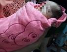 Bé sơ sinh bị bỏ trong túi nilon, treo trên xe máy