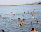 Nghệ An: Nắng nóng cực điểm, người dân đổ xô ra sông Lam tắm, tập bơi