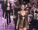 Irina Shayk quyến rũ trên sàn catwalk