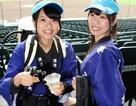 Những cô gái xinh đẹp đeo trên mình thùng bia nặng 17kg, bán dạo ở sân vận động