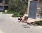 Video: Đang đi bộ trên đường, bị cửa sổ từ tầng 19 rơi trúng đầu