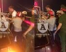 Cảnh sát 113 cùng người dân cứu một người Nga định nhảy cầu Vĩnh Tuy tự tử