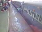 """Ấn Độ: Rợn người cảnh hành khách bị tàu hỏa """"nuốt chửng"""""""