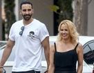 Pamela Anderson tố bồ kém 18 tuổi lừa dối