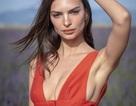 Emily Ratajkowski khoe ngực đầy đặn