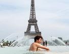 Muôn kiểu tránh nắng giải nhiệt trong mùa hè như thiêu đốt ở châu Âu