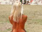 Trời nóng, đám đông phụ nữ Đức để ngực trần phơi nắng bên sông