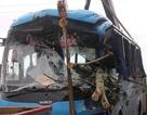 Xe khách tông xe máy rồi lật nghiêng, người dân đập cửa kính cứu hành khách