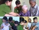 Cán bộ công an đến tận nhà cấp thẻ căn cước công dân cho người già