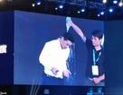 Tỷ phú công nghệ Trung Quốc bị một khán giả đổ chai nước lên đầu trong khi phát biểu về trí tuệ nhân tạo