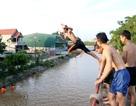 """Trò chơi """"nhảy cầu"""" cao 6m của thiếu niên ngoại thành Hà Nội"""