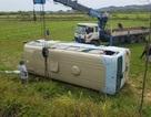 Xe chở công nhân lật xuống ruộng, ít nhất 10 người bị thương