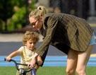 Candice Swanepoel giản dị đưa con đi chơi công viên