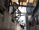 """Hà Nội: Hàng loạt căn nhà xiêu vẹo, phải """"chống nạng"""" tựa vào nhà chung cư"""