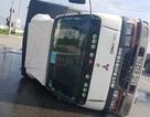 Xe tải lật nghiêng, gần 3.000 lít hóa chất chảy tràn đường