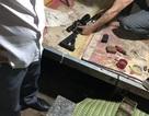 Mang súng đi đòi tiền, chủ nợ bị con nợ đánh bầm dập