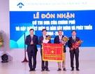 Trường ĐH Ngoại ngữ - ĐH Huế đón nhận Cờ Thi đua Chính phủ