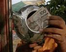 Vào bãi rác, bất ngờ tìm thấy chiếc ấm... chứa đầy tiền