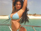 Kylie Jenner nổi bật với bikini màu xanh