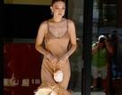 Gigi Hadid diện váy lụa gợi cảm ra phố