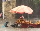Mưa lớn khắp Sài Gòn, nước như sóng, cuốn trôi nhiều xe máy