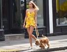 Kimberley Garner mặc gợi cảm đưa cún cưng ra phố