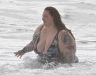 Người mẫu ngoại cỡ tung tăng đi tắm biển