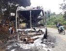 Xe khách cháy trơ khung trên đèo, hàng chục hành khách thoát nạn
