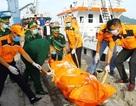 Đưa 1 phần thi thể tìm thấy gần tàu cá bị chìm vào bờ để nhận dạng