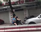 Choáng với clip hai phụ nữ đi xe máy ngược chiều chặn đầu mắng mỏ ô tô