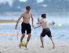 Các con của David Beckham đá bóng trên biển