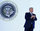 Ông Trump phát biểu trước huy hiệu tổng thống giả in hình đại bàng Nga