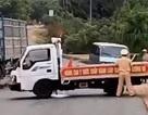 """Ô tô """"phớt"""" lệnh dừng, lao vào xe tuần tra, hất tung một cảnh sát giao thông"""
