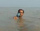 """""""Sốt"""" video phóng viên đưa tin khi nước lũ ngập tận cổ"""