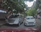 Kinh ngạc ô tô đỗ chình ình giữa đường