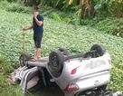 Xe taxi lao xuống mương nước rồi lật ngửa, tài xế tử vong trong xe