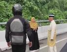 Nhà vua Malaysia dừng xe trên đường hỏi thăm người gặp tai nạn