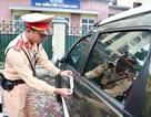 Cảnh sát xử lý hàng loạt ô tô dừng đỗ trái phép ở trung tâm Hà Nội