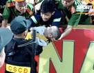 Tuyên dương 5 chiến sĩ cảnh sát cứu cháu bé co giật trên sân Thiên Trường