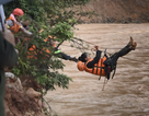 Công an đu dây cáp giải cứu 41 người mắc kẹt trong vùng lũ nguy hiểm