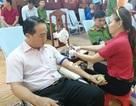 Chủ tịch huyện cùng Đoàn viên thanh niên hăng hái hiến máu tình nguyện