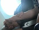 Chàng trai nắm tay và động viên bà cụ 96 tuổi suốt hành trình một chuyến bay